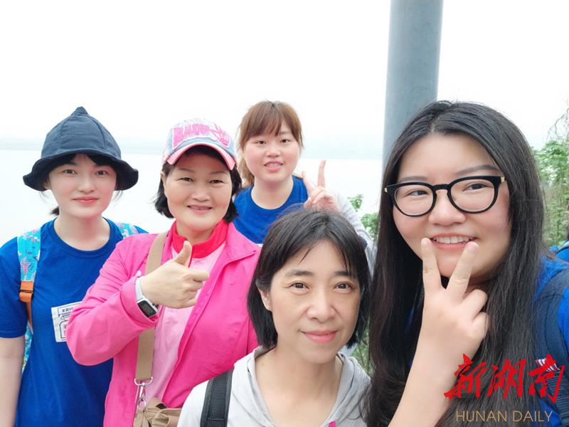 她们是母女也是同学,她们从台湾来湖南学中医正宗恩施炕土豆的做法