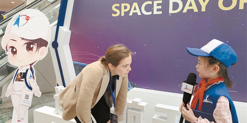 小记者采访法国航天专家