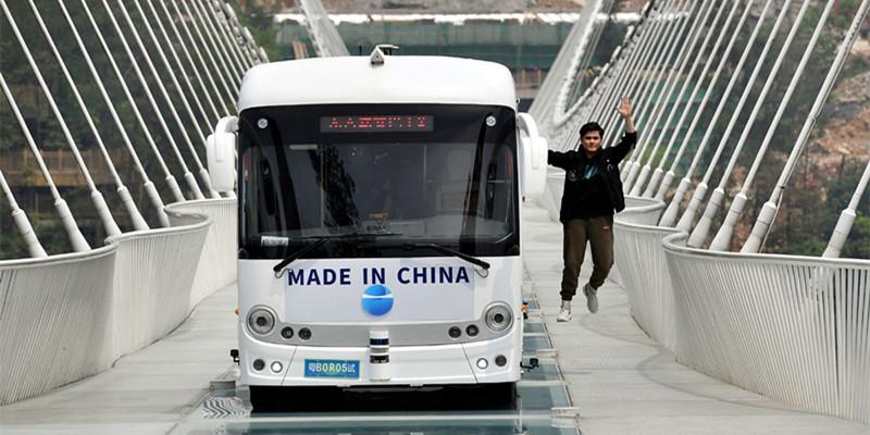 无人驾驶巴士挑战玻璃桥