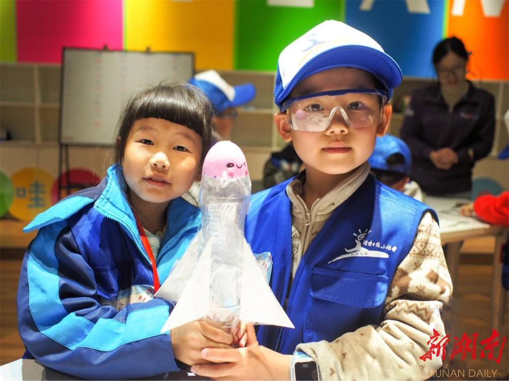 """湖南日报小记者携手噢哇啦为孩子搭建""""航天梦"""" 新湖南www.hunanabc.com"""
