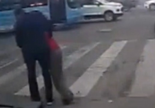 老人颤颤巍巍过马路 公交司机下车将他背到路边