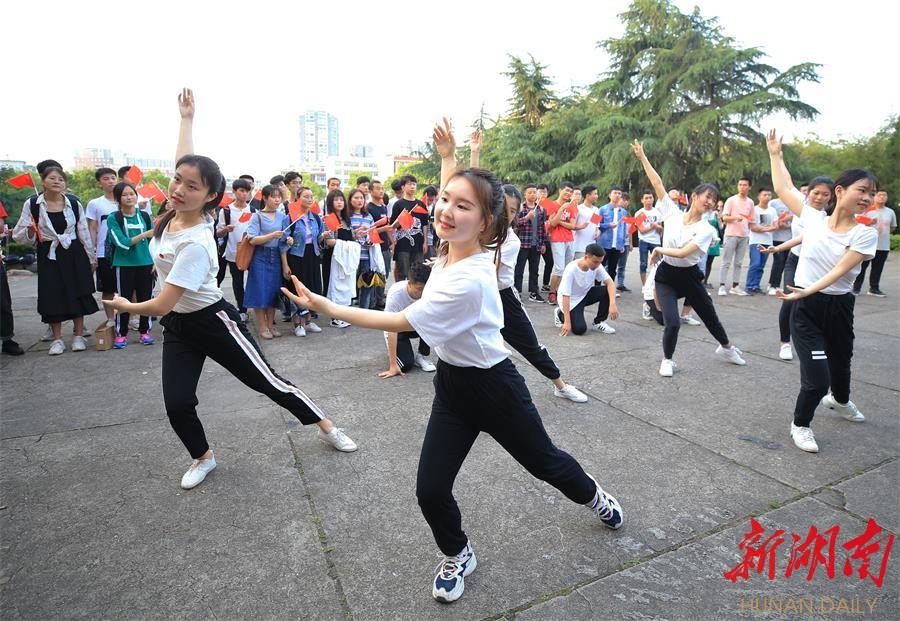 """衡阳:青春快闪迎""""五四"""" 新湖南www.hunanabc.com"""