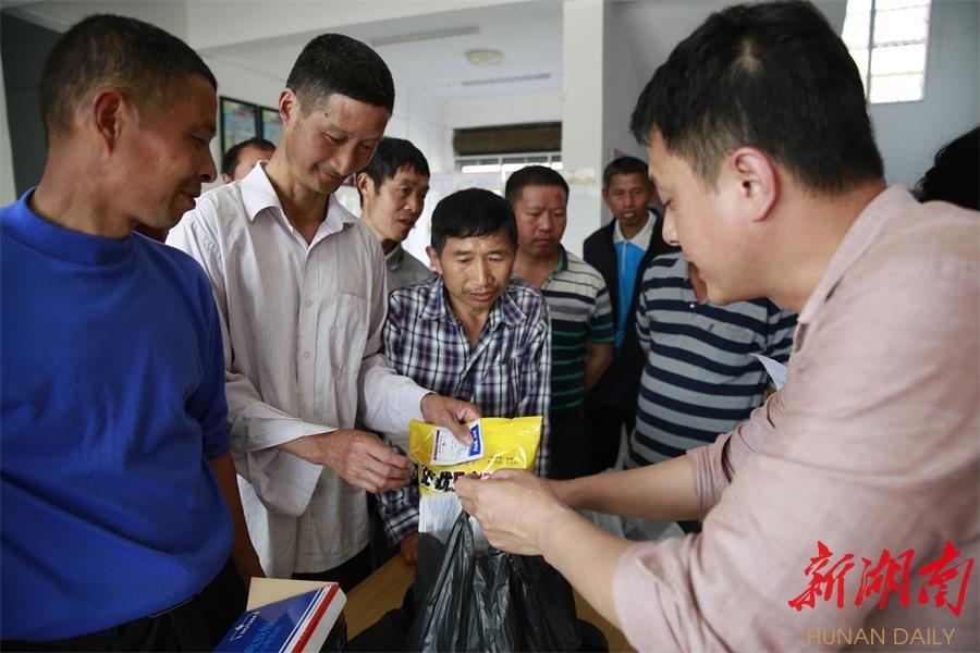 浏阳潭湾:为贫困户发放免费种子肥料 新湖南www.hunanabc.com