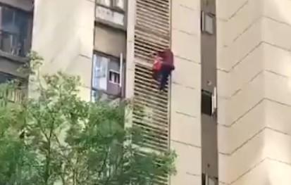 硬核太婆!80多岁老人徒手从15楼爬到5楼
