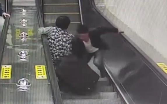 行李箱砸向老人的一瞬间 小伙上前一把截住
