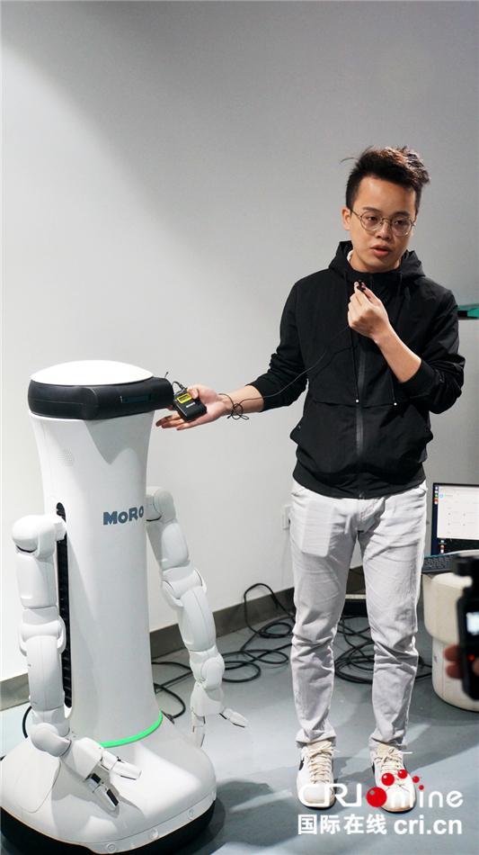 图片默认标题_fororder_3将用于导游工作的智能机器人.JPG