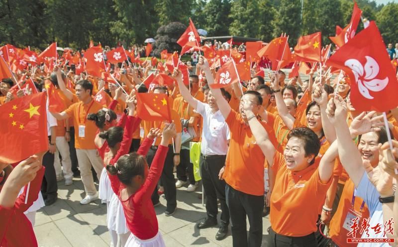 """800位香港同胞韶山""""快闪"""" 湘港儿女齐声唱响《我和我的祖国》"""