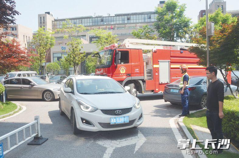 近日,在麓谷企业广场,部分车辆任性停放堵塞消防车通道,导致消防车无法通行。长沙晚报全媒体记者 刘琦 通讯员 肖丽蓉 摄影报道