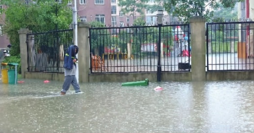 长沙一幼儿园被积水围堵紧急停课 5台泵机连夜排水