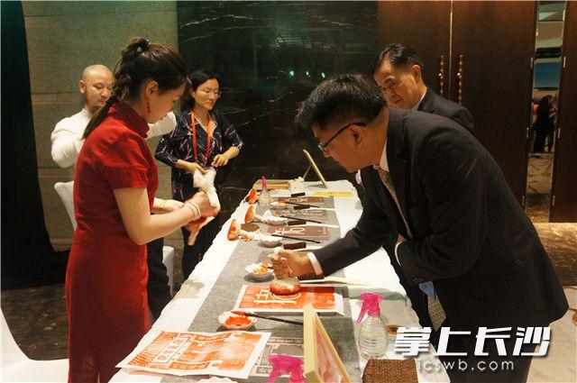 泰国外交部新闻司副司长纳塔帕努·诺帕坤现场体验汉字拓印。