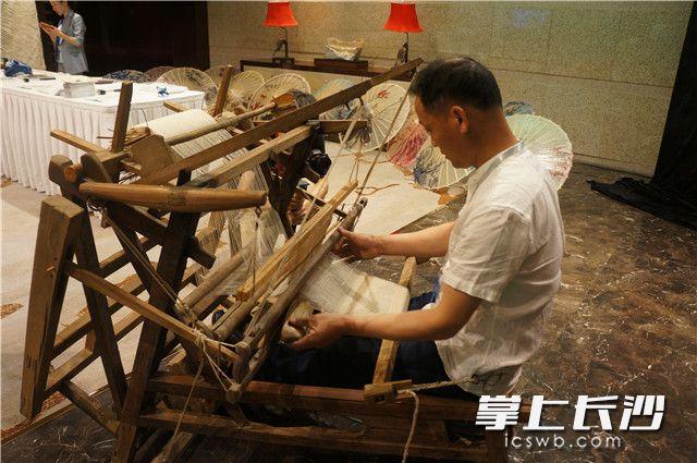 浏阳夏布非遗传承人谭智祥将传统手工夏布织机带到了2019中国—东盟媒体合作论坛现场。