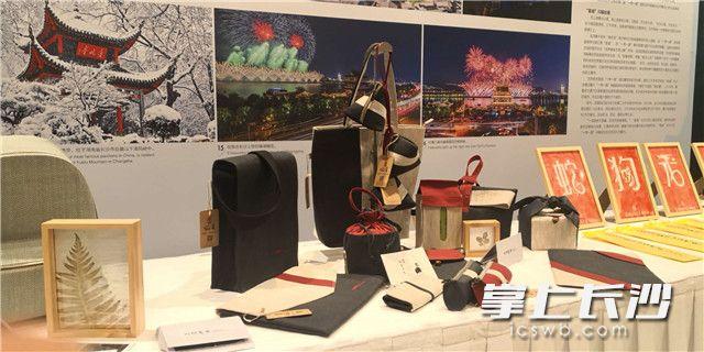 现场展示的浏阳夏布文创产品。