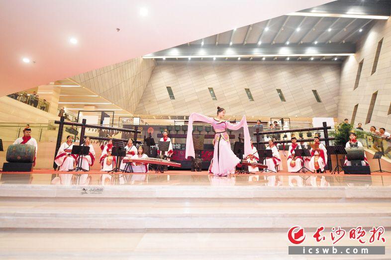 """除湖南省博物馆外,昨晚,长沙博物馆也举行了""""星城·星博之夜""""博物馆之夜活动,鼓励公众探秘星城历史文化,体会古代文化与当代艺术的交融。图为上世纪九十年代长沙博物馆特别组建的商代大铙古乐团,复原铜铙、钟等商代乐器70余件,配以新编古曲,再现传统之声。长沙晚报全媒体记者 余劭劼 摄"""