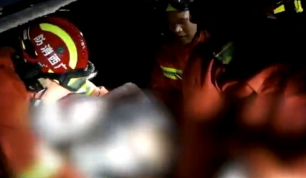 广西百色一酒吧屋顶坍塌 已致1人死亡77人受伤