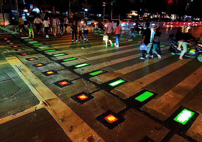 好炫!快来长沙人民西路感受一下湖南首条彩光人行横道线