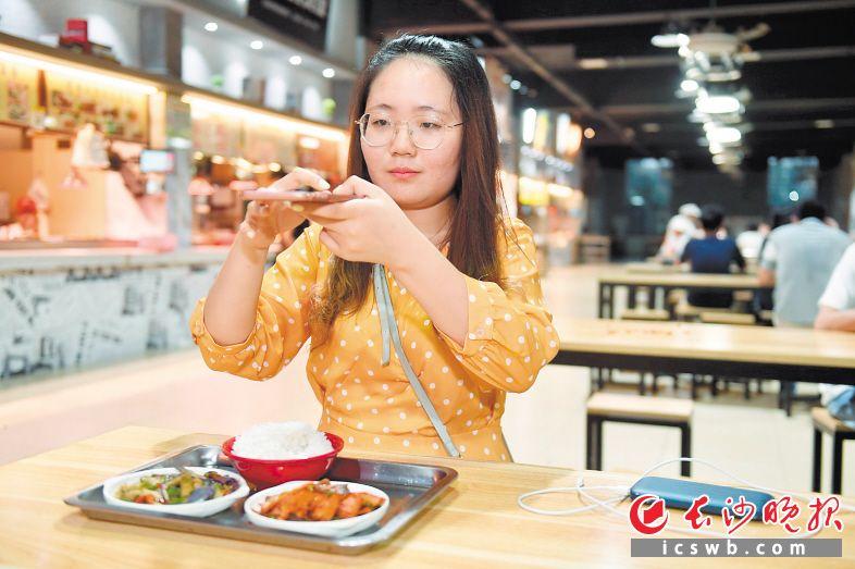 6月3日,湖南涉外经济学院应届毕业生、新疆姑娘全雪苗用手机拍下学校食堂的美食。长沙晚报全媒体记者 余劭劼 摄