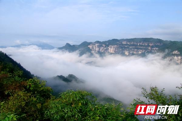 洛塔连绵起伏的山峦形成一道独特的风景.田良东/摄
