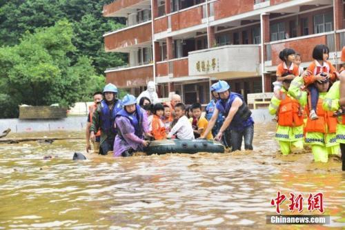 6月9日至10日,江西省龙南县普降暴雨,该县地势低洼的杨村镇中心小学师生被洪水围困。危急时刻,当地迅速组织武警、消防等力量奔赴救援。由于橡皮艇有限,不少救援人员让学童们骑在自己肩上,加快撤离被洪水围困的学校。截至10日17时,该小学1309名师生全部安全转移。文/叶波 王剑 图/叶波