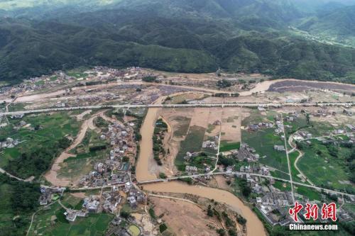 据广东省河源市防汛防旱防风指挥部办公室统计,截至6月11日,暴雨导致河源全市63个乡镇不同程度受灾,因灾死亡7人,失联1人,受伤3人,受灾人口11.455万人,倒塌房屋956间,转移人口1.454万人。 其中,连平县部分乡镇受灾较严重,因灾死亡6人(4女2男),直接经济损失约1.5亿元人民币。图为航拍镜头下的广东省河源市连平县上坪镇。<a target='_blank' href='http://www.chinanews.com/'><p align=