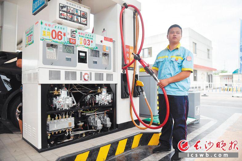 在中国煤油岳麓大年夜道加油站,事情职员先容,加油枪的油气收受接收装配可防止加油历程中油气外渗污染情况。 长沙晚报全媒体记者 余劭劼 摄