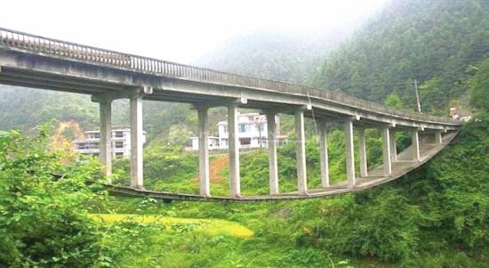 """湖南洞口""""倒过来""""的拱桥走红网"""