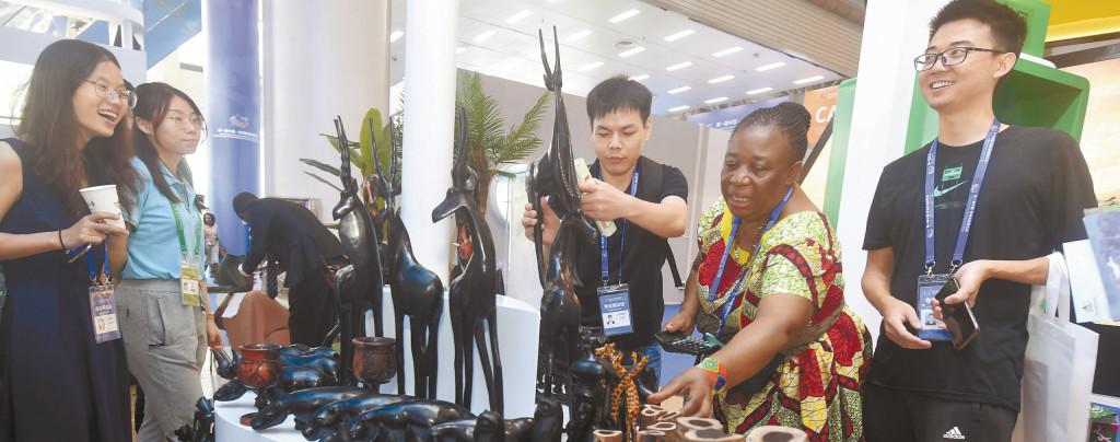 观众选购非洲木制工艺品