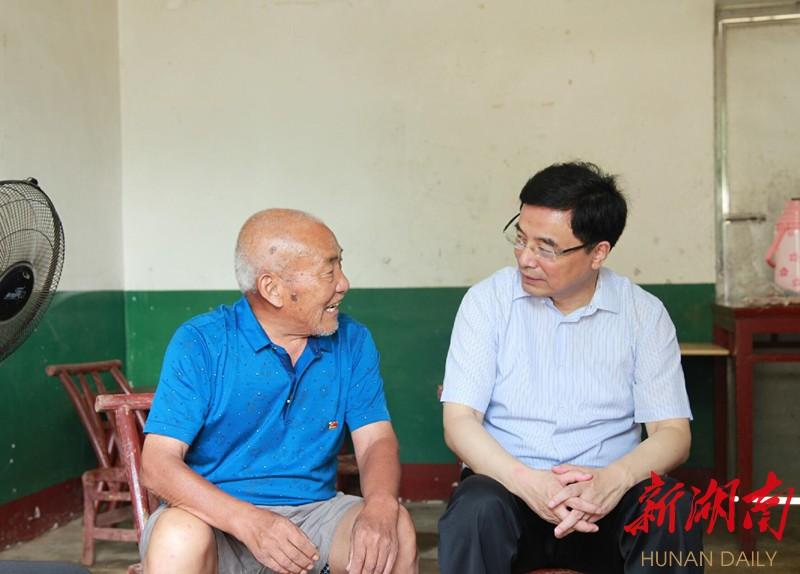 王少峰赴益阳看望慰问党员