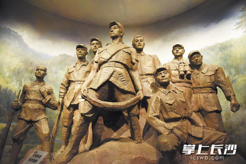 这组雕塑再现了小水战斗中8名红军战士视死如归、纵身跳崖的情景。