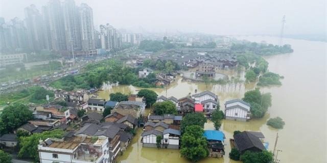 湘潭蓝天救援队员转移受灾群众