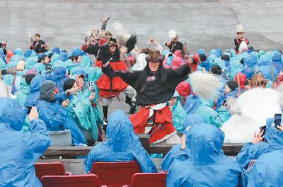 华文媒体代表和游客一同观看生态大型实景演出《印象·丽江》。