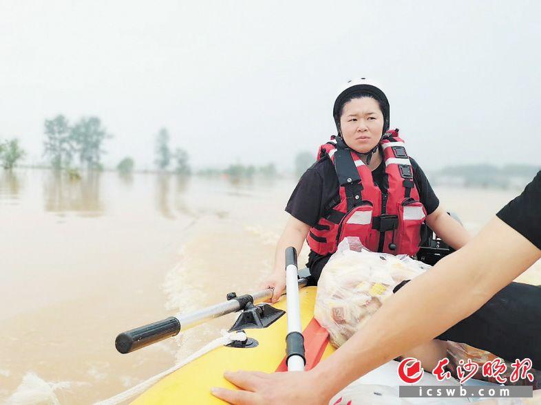 女操舟手王奥在救援中。受访者供图