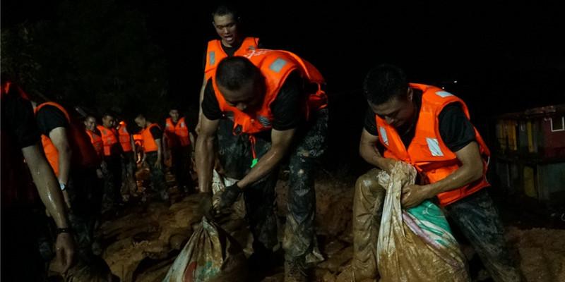 高清组图:雨夜奋战 近100名武警官兵紧急合围溃口