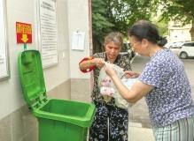 长沙一社区18名老人自愿担任垃圾督导员 让小区垃圾正确投放