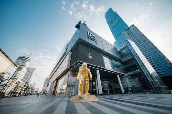 致敬人类首次登月50周年 欧米茄金色宇航员巨型雕塑展登陆长沙国际金融中心