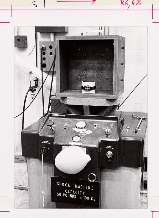 1965年,欧米茄超霸表成功通过严苛测试,被美国国家航空航天局 (NASA) 认证为其所有载人航天飞行的唯一指定腕表装备