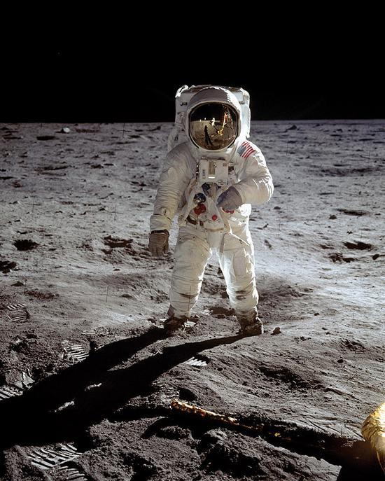 1969年7月21日,传奇宇航员巴兹·奥尔德林 (Buzz Aldrin) 佩戴欧米茄超霸腕表登陆月球表面,欧米茄超霸随之成为第一枚登上月球的腕表
