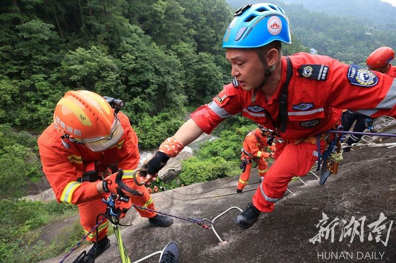 悬崖上的救援演练