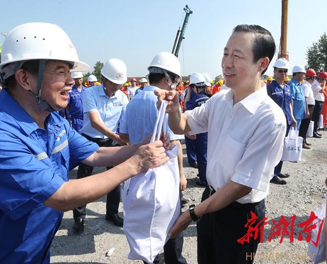 许达哲看望慰问常益长高铁建设者 新湖南www.hunanabc.com