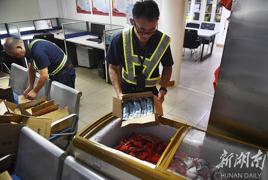 56℃高温!他们挥汗护航 新湖南www.hunanabc.com
