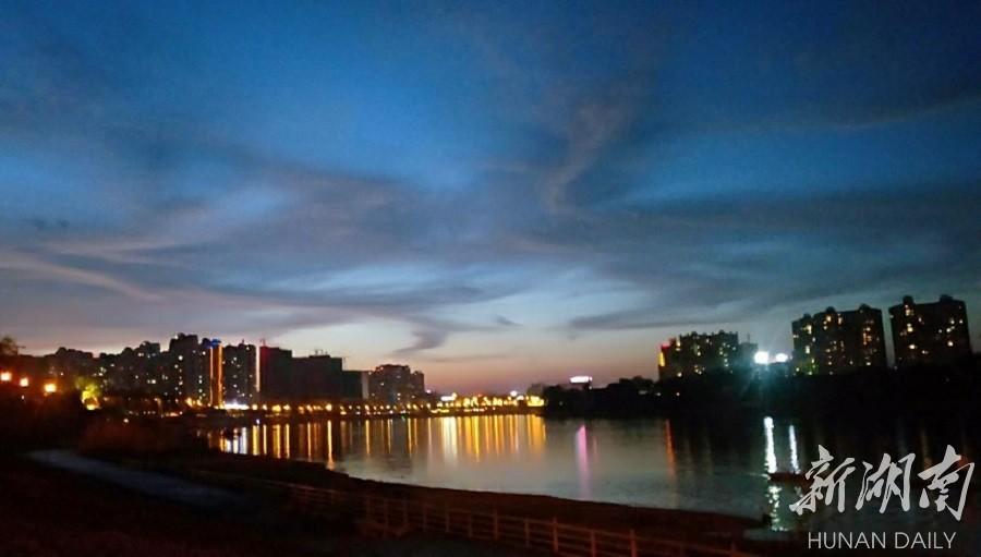 灯火阑珊映江畔 新湖南www.hunanabc.com