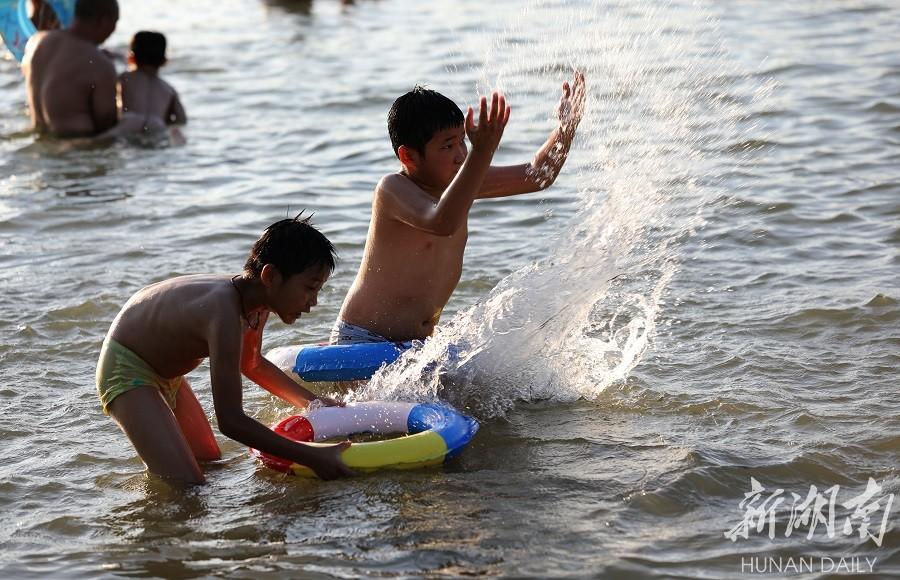 大暑水中觅清凉 新湖南www.hunanabc.com