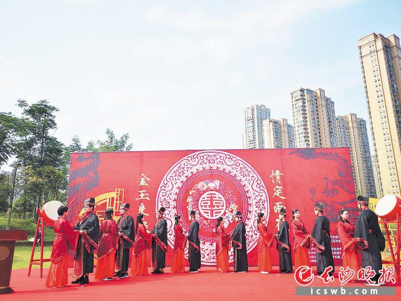 一场浪漫而又传统的汉式婚礼在圭塘河畔举行。长沙晚报全媒体记者 小刘军 摄