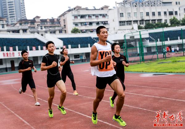 【备战全国民族运动会】在训练中做好每一个细节 高脚竞速项目直指夺金