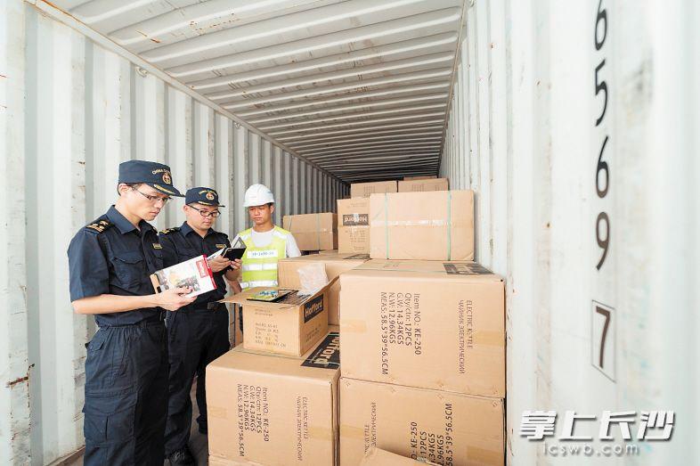 海关查验员在近60℃的集装箱内,查验一票票进出口货物。