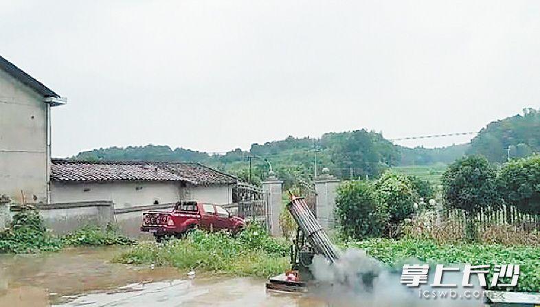 昨日,长沙县福临镇发出两枚火箭弹,打响了2019长沙人工增雨第一炮。均为长沙晚报通讯员 毛宇 摄