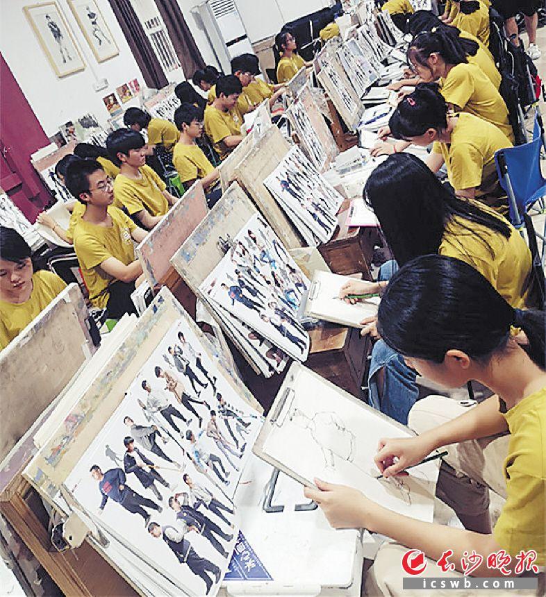 ←美术类艺考生正在创作作品。均为长沙晚报全媒体记者 周和平 摄