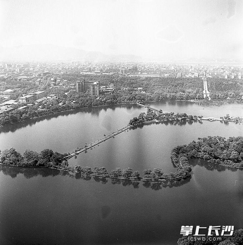 1986年航拍镜头中从东往西俯瞰,那时年嘉湖以西的城区还是平房为主,主楼为九层 的湖南宾馆是这一片区的最高楼。老照片均为游振鑫 邹曙明 摄
