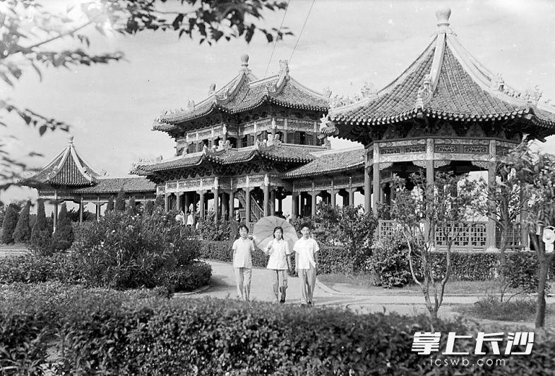 1957年7月28日,宋代建筑风格的烈士公园长亭下,游人络绎不绝。