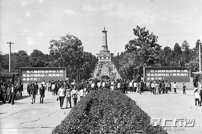 ↑1979年10月1日,新中国成立30周年,烈士公园游园活动吸引了众多市民。