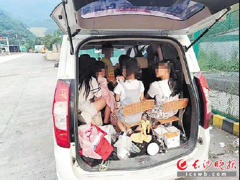 一辆核载7人的面包车内塞下9人。省高警局供图